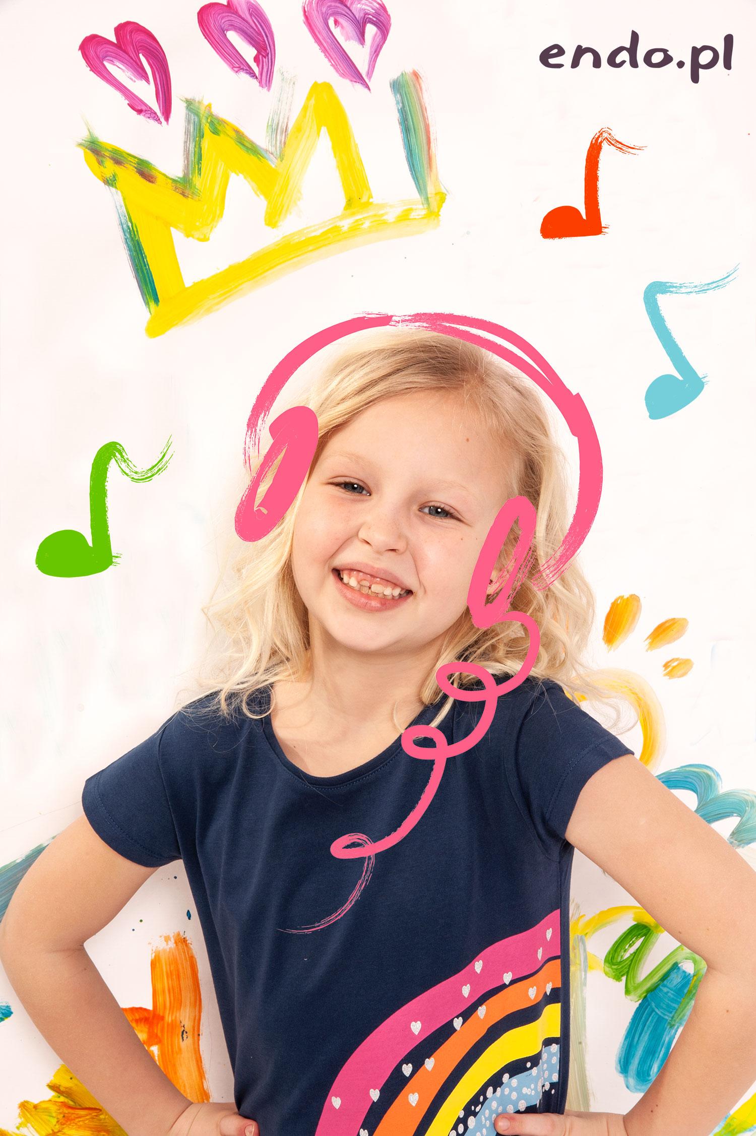 Dziewczynka z dorysowanymi słuchawkami.