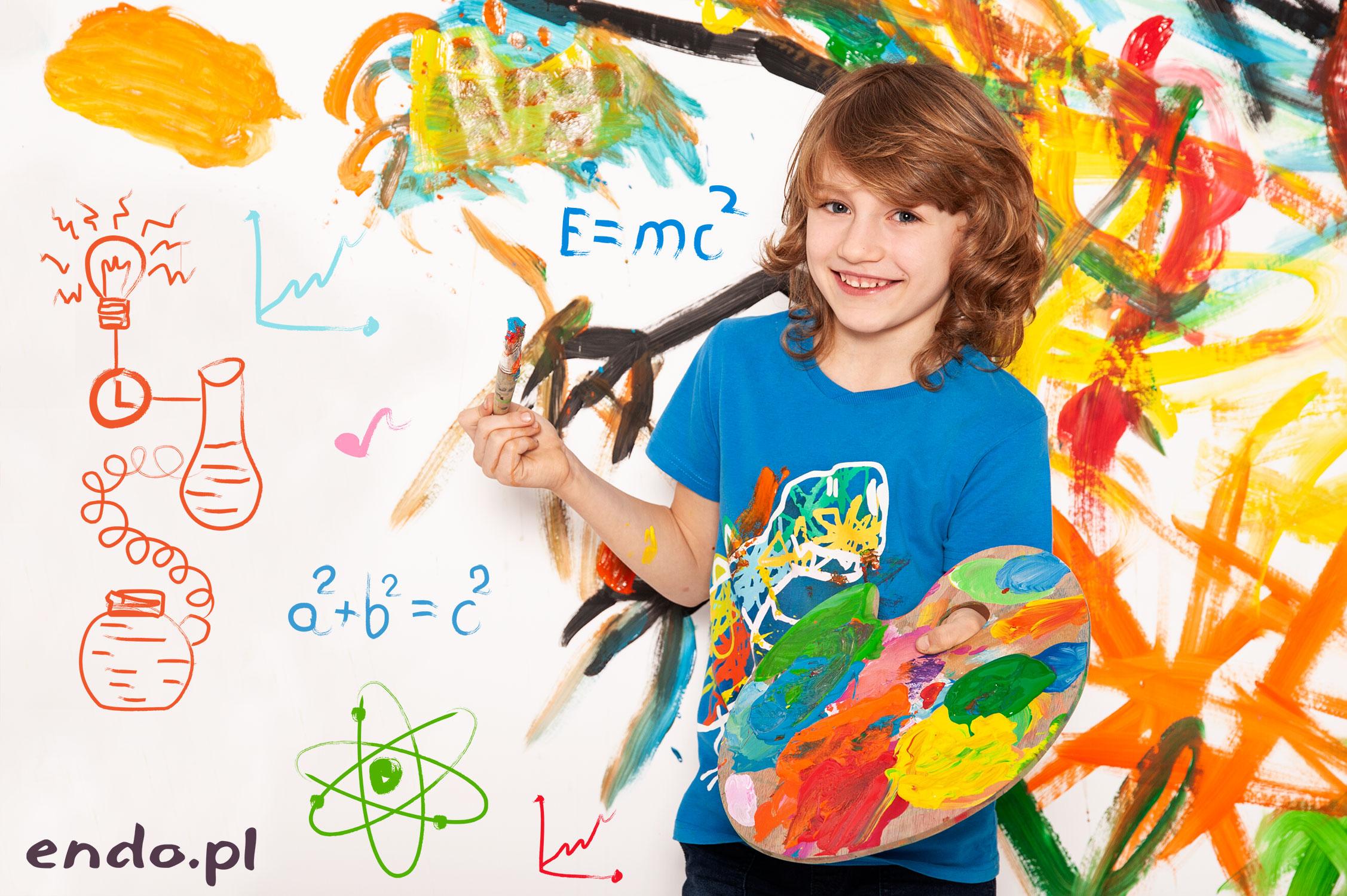 Chłopiec z paletą do mieszania farb z malunkiem w tle.