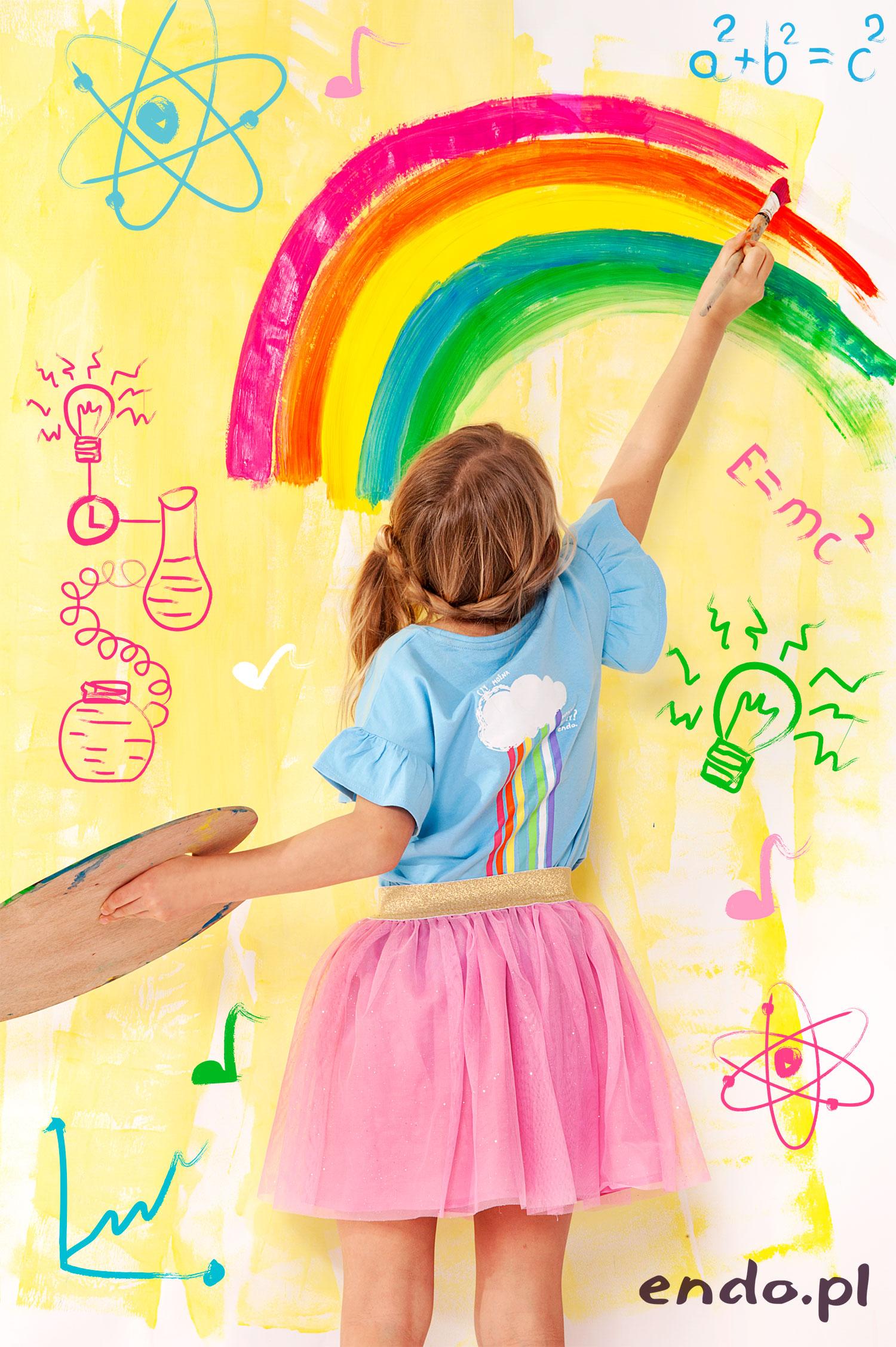 Dziewczynka ubrana na kolorowo rysująca tęczę.