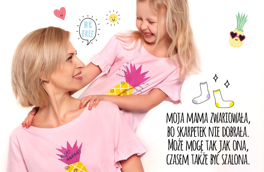Mama z córką w różowych koszulkach z ananasem.
