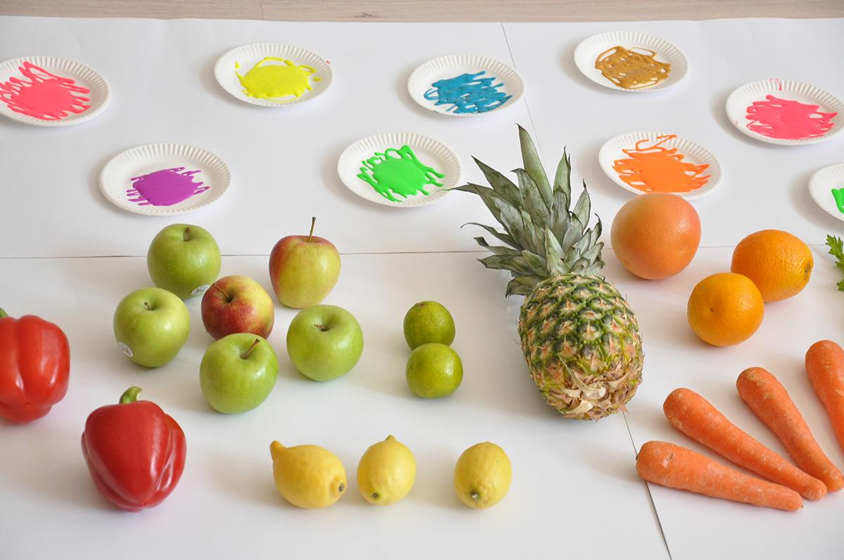 Artykuły plastyczne przygotowane do zabawy z owocami i warzywami.