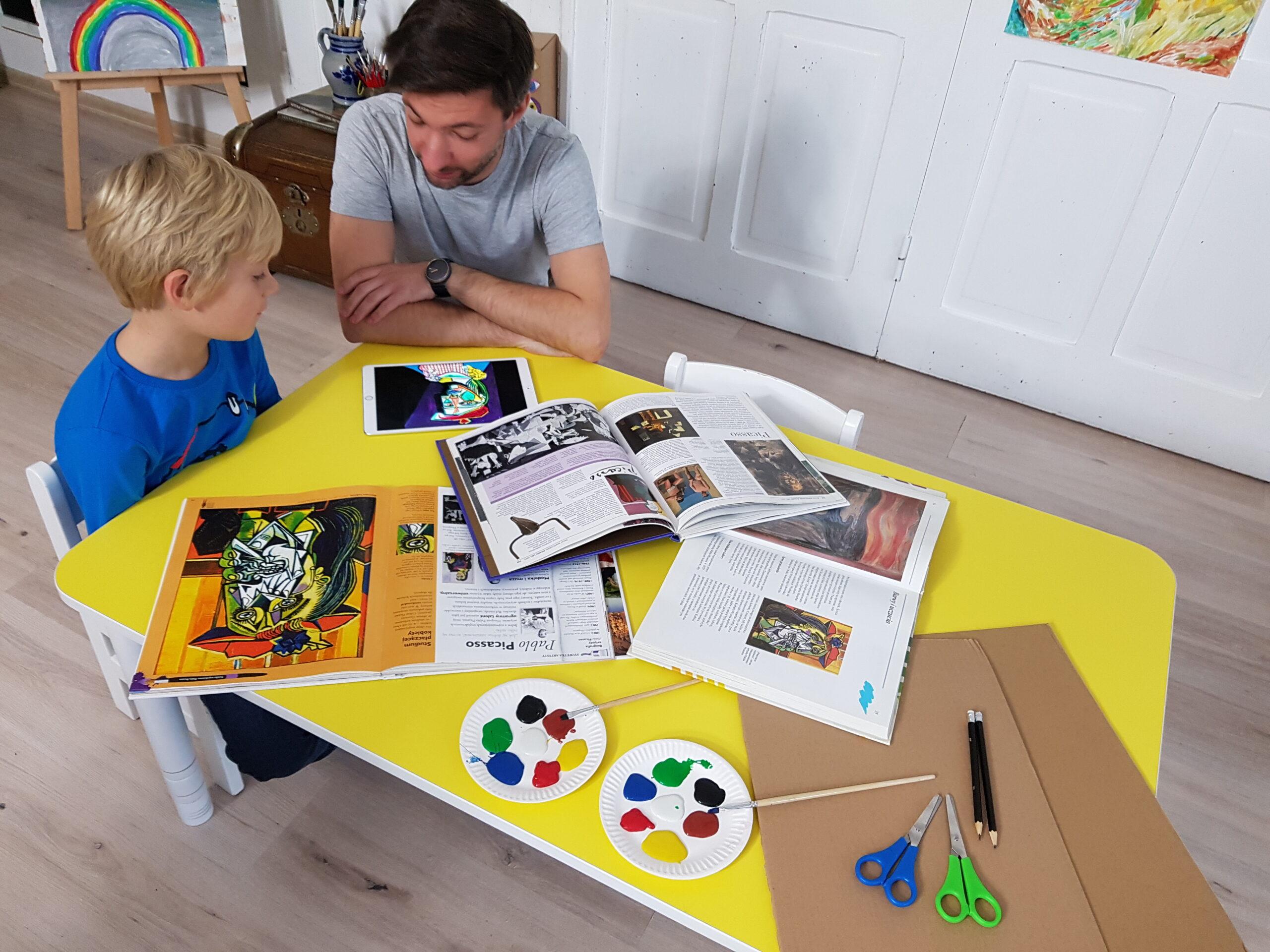 Pedagog wprowadza dziecko w świat sztuki Picassa.