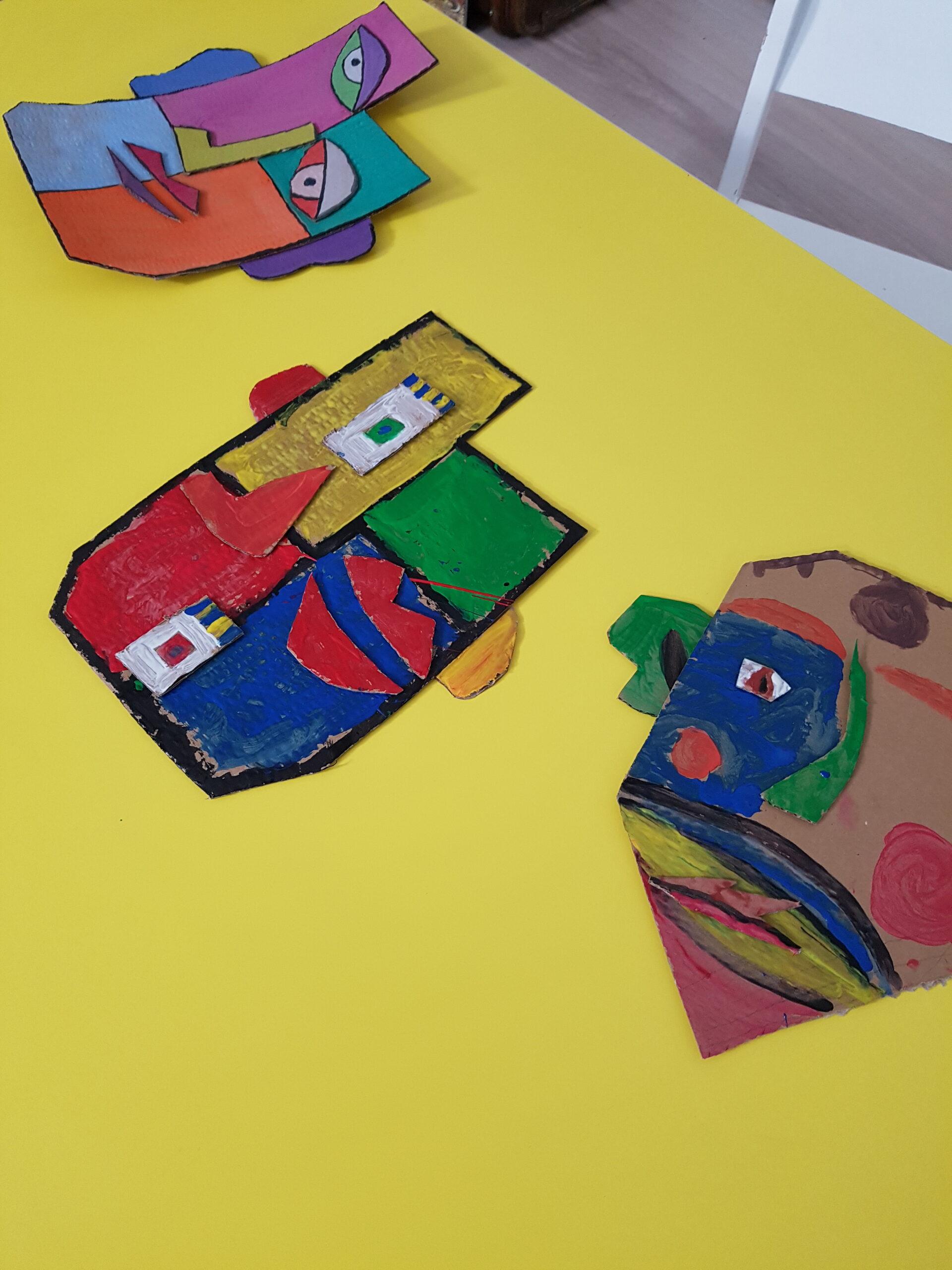 Kubistyczne portrety stworzone przez dzieci.