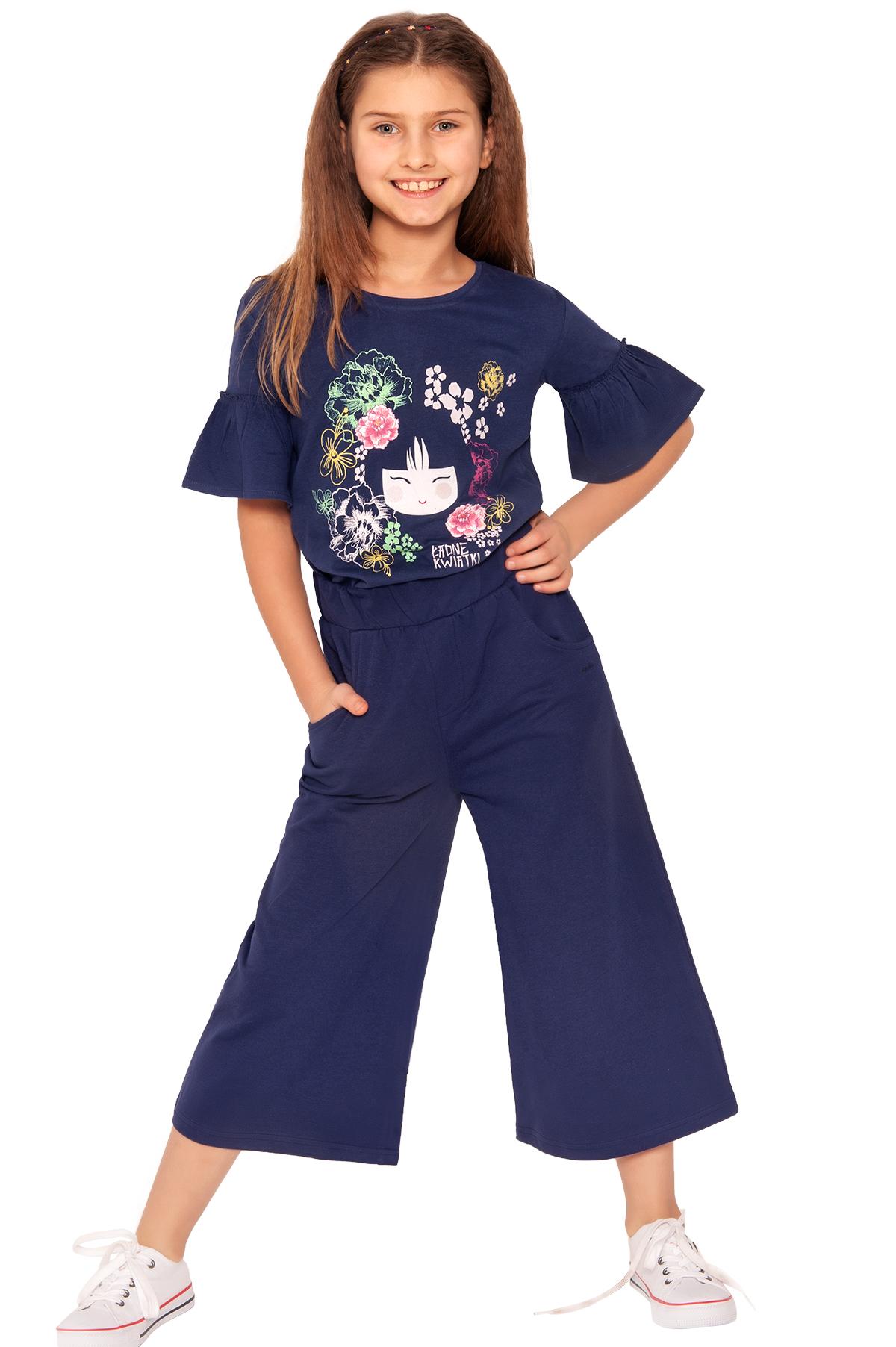 Granatowa bluzka dziewczęca i spodnie kuloty, z kolekcji Japonia, zdjęcie z sesji zdjęciowej