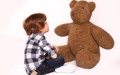 Jak pomóc dziecku utrzymać relacje z rówieśnikami przy dłuższym pobycie poza szkołą?