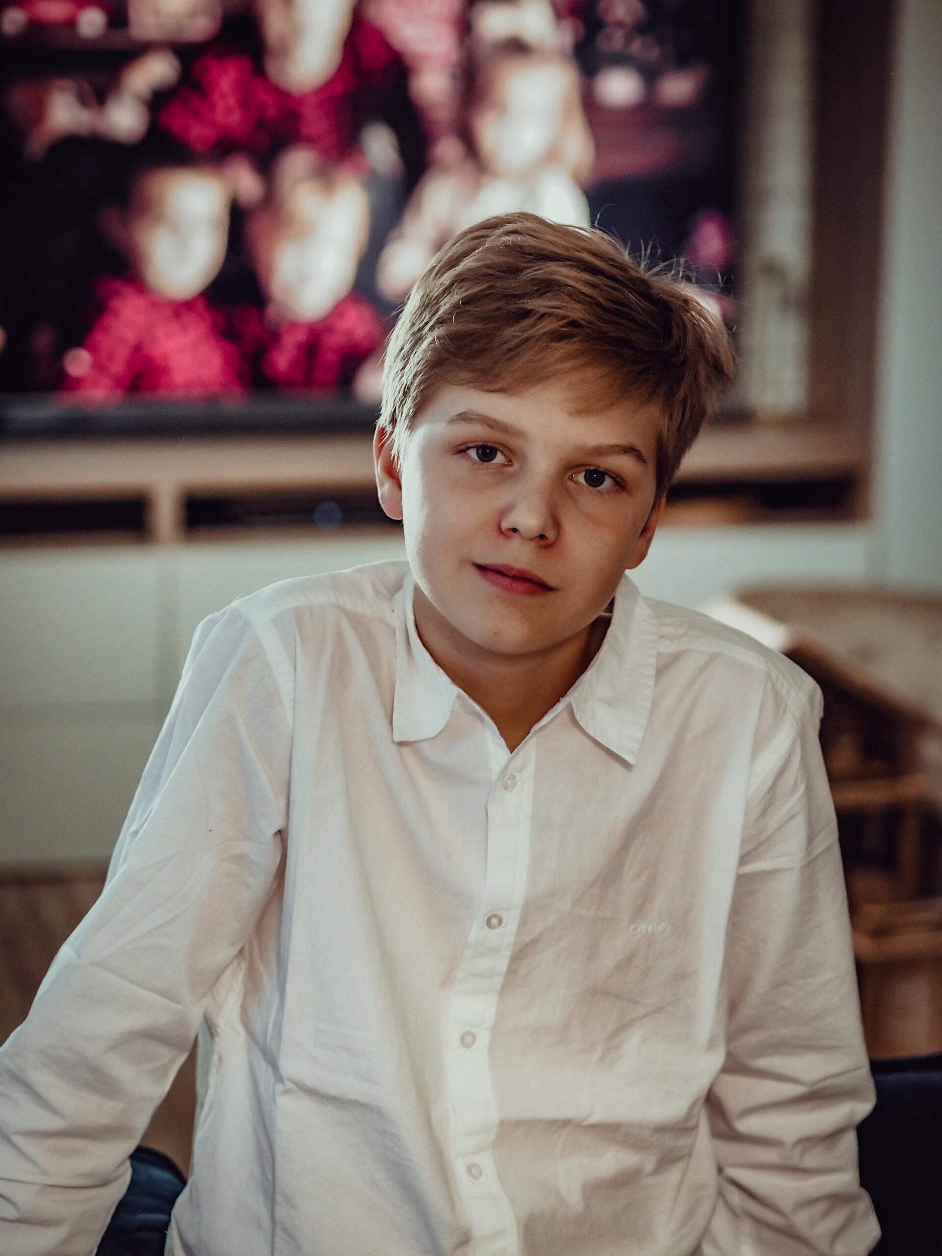 Nastoletni chłopiec w ubraniu na święta.