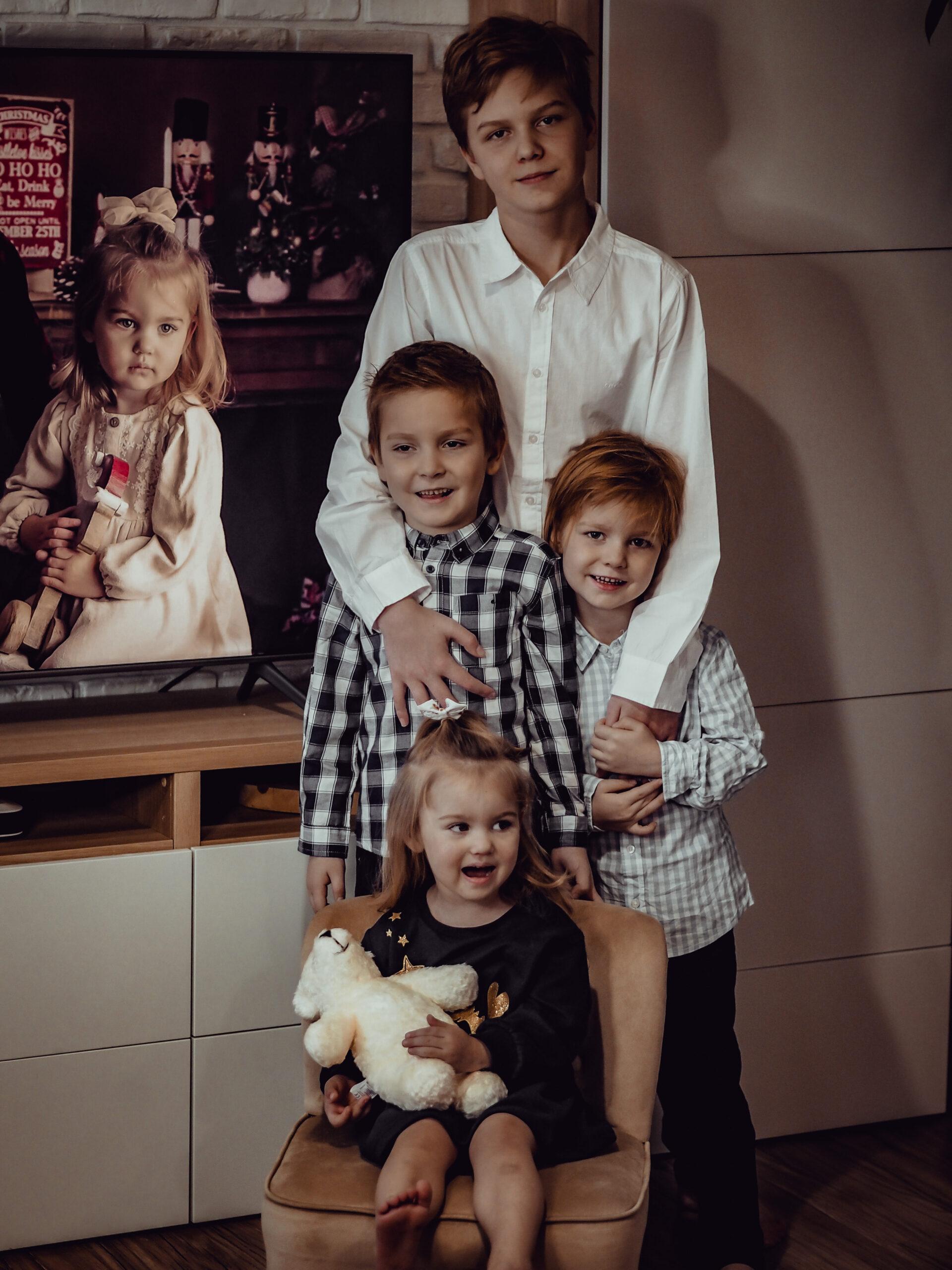 Rodzinne zdjęcie dzieci w ubraniach na święta.