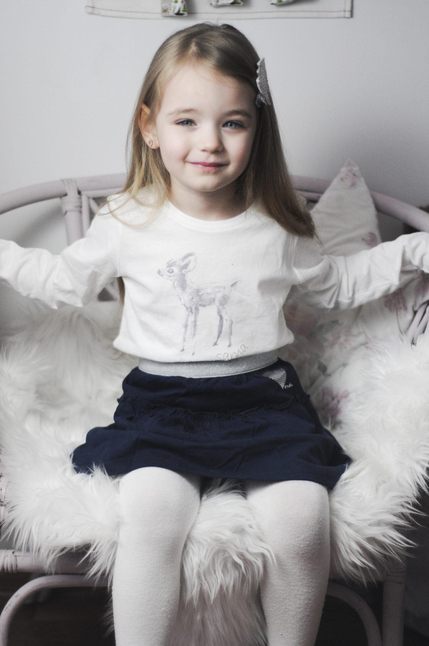 Mała dziewczynka ubrana na święta na galowo.