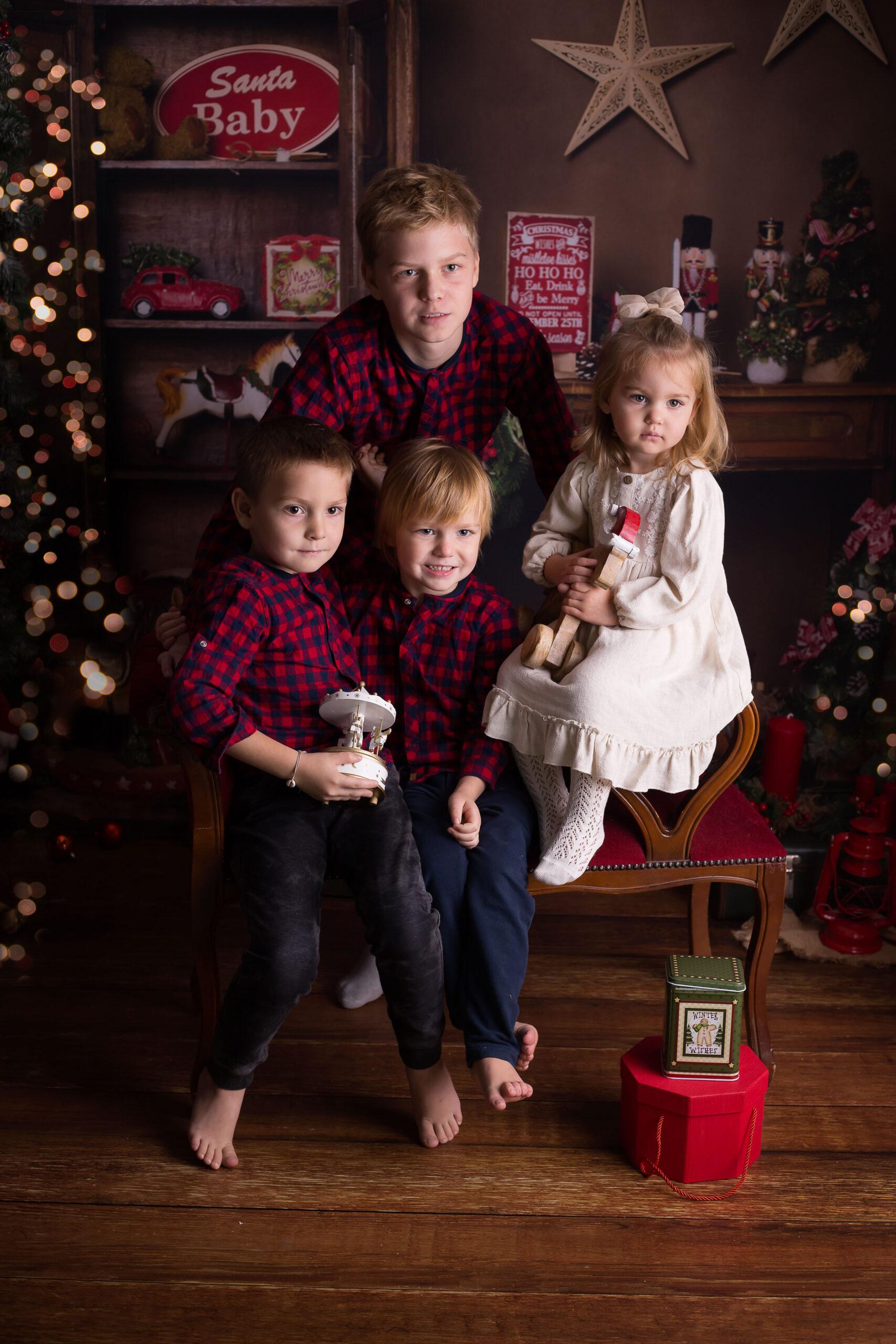 Rodzinne zdjęcie prezentujące ubrania na święta dla dzieci.