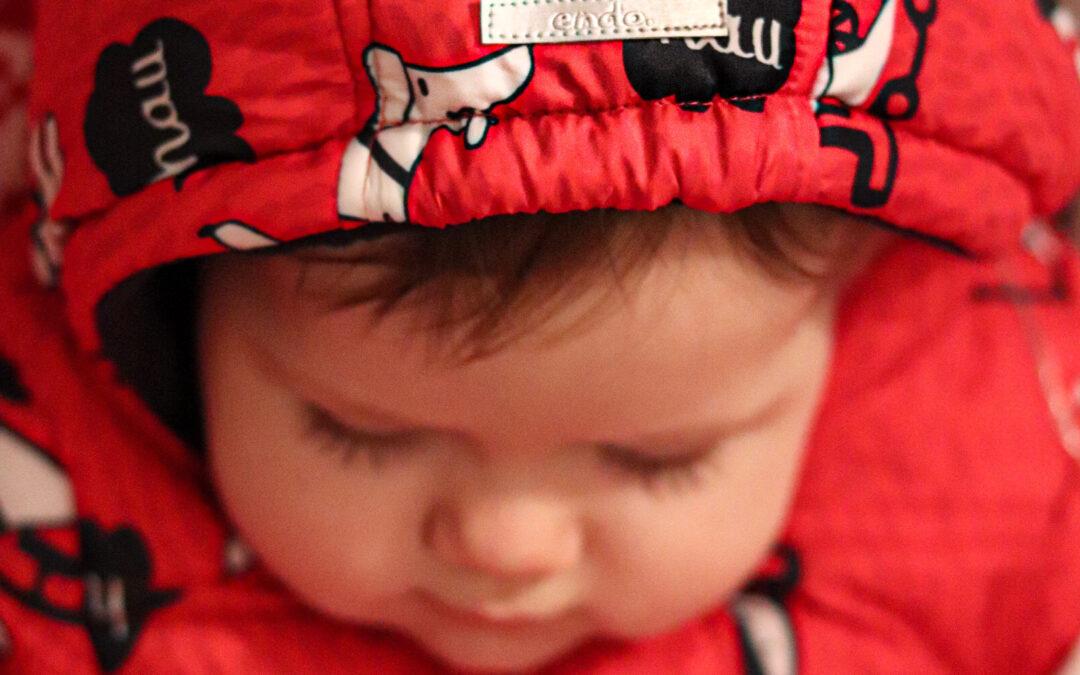 Kombinezon czy kurtka dla niemowlaka? Podpowiadamy co wybrać