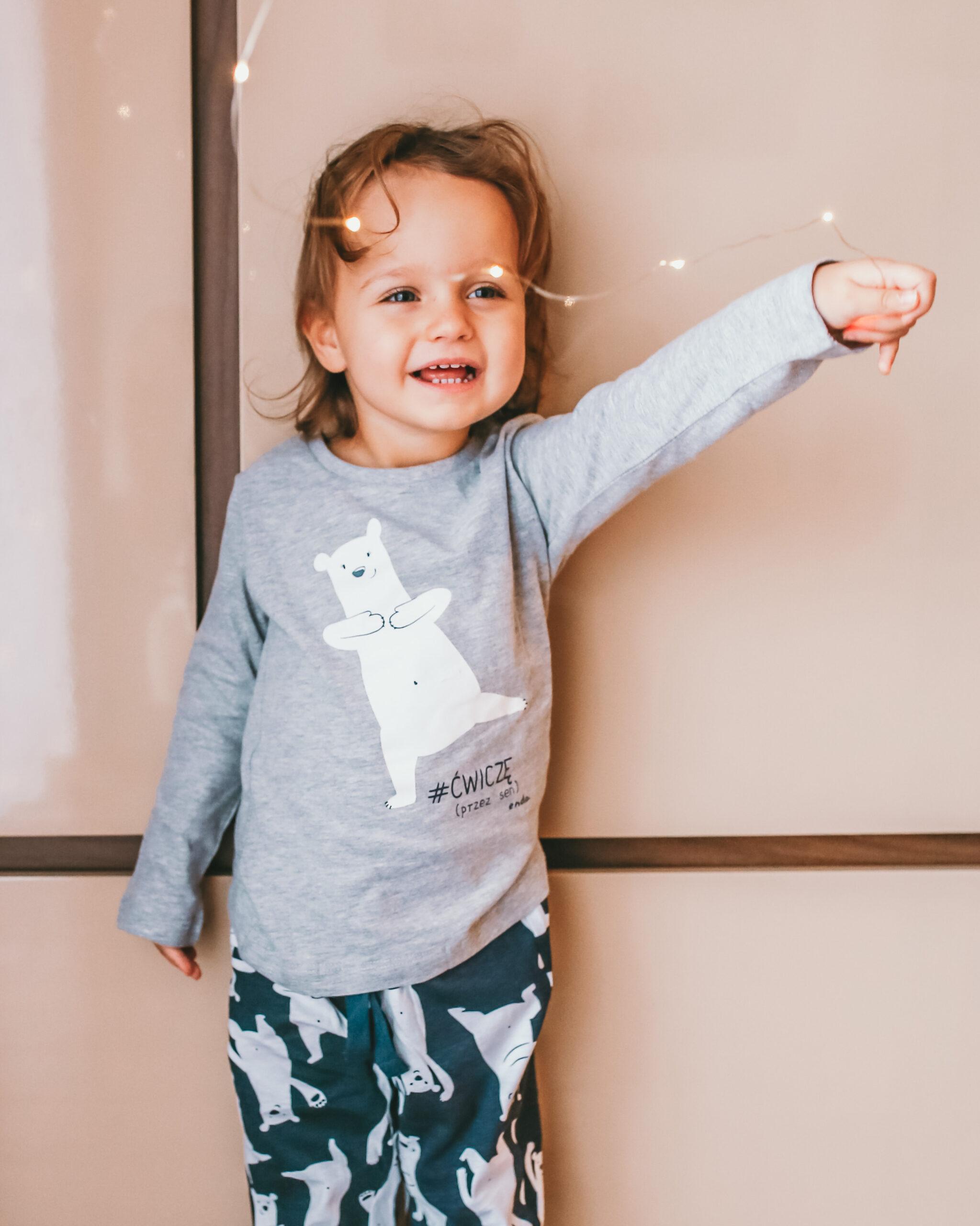 Mała dziewczynka ubrana w piżamkę z misiem.
