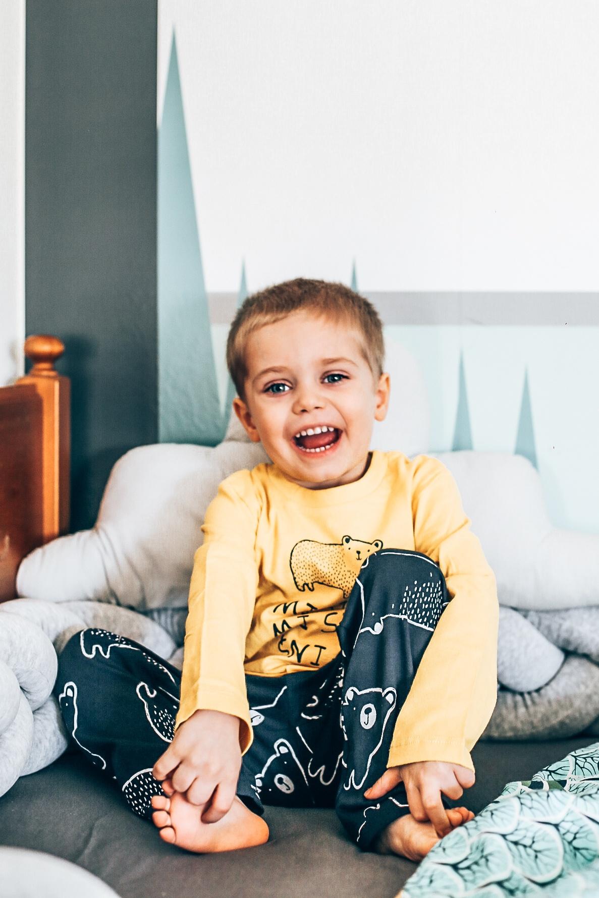 Chłopiec w piżamie w misie.