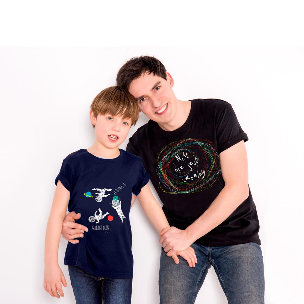 Tata i syn w koszulkach Endo przytulajÄ…cy siÄ™ radoÅ›nie.